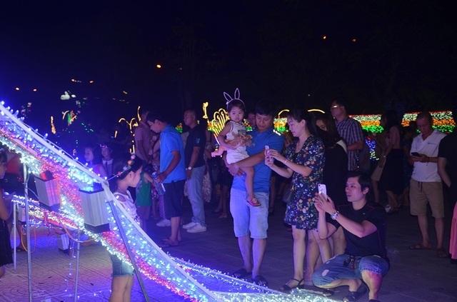 Bạn trẻ thích thú với lễ hội ánh sáng lần đầu tiên được tổ chức tại Quảng Bình - 3