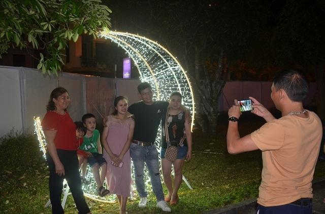 Bạn trẻ thích thú với lễ hội ánh sáng lần đầu tiên được tổ chức tại Quảng Bình - 7