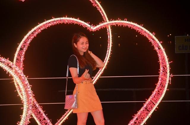 Bạn trẻ thích thú với lễ hội ánh sáng lần đầu tiên được tổ chức tại Quảng Bình - 9