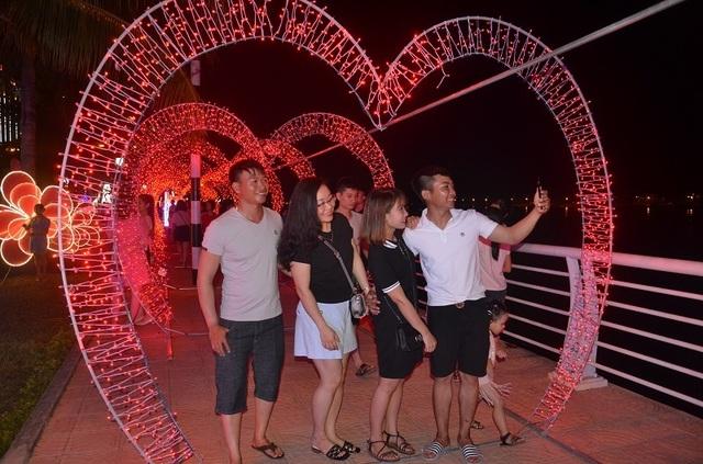 Bạn trẻ thích thú với lễ hội ánh sáng lần đầu tiên được tổ chức tại Quảng Bình - 4