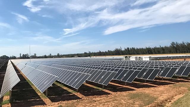 Quảng Ngãi:  Nhà máy điện mặt trời 900 tỷ đồng đi vào hoạt động - 1