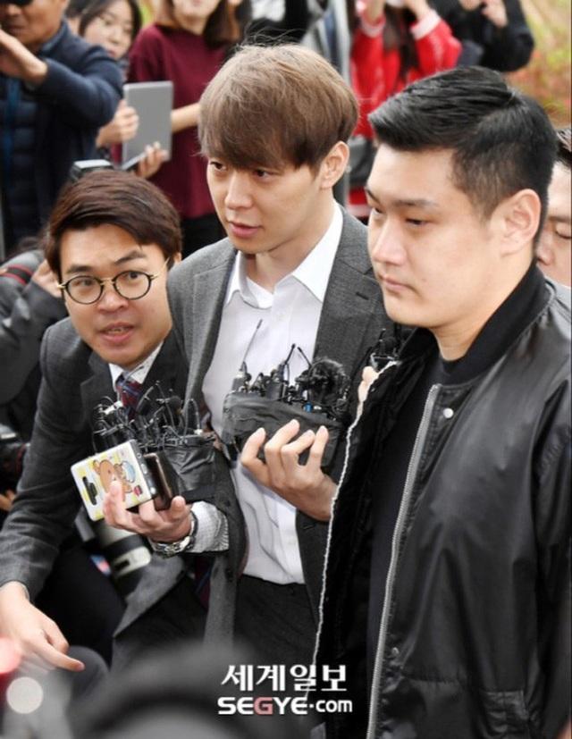 """""""Hoàng tử gác mái"""" Park Yoochun chính thức bị bắt vì tội sử dụng ma túy - 4"""