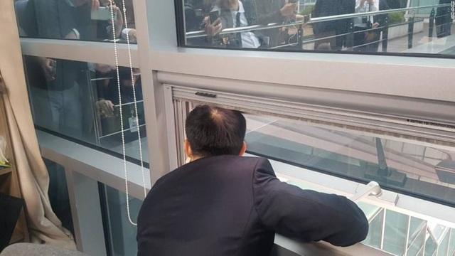 Nghị sĩ Hàn Quốc họp báo qua cửa sổ vì bị đối thủ giam trong phòng - 1
