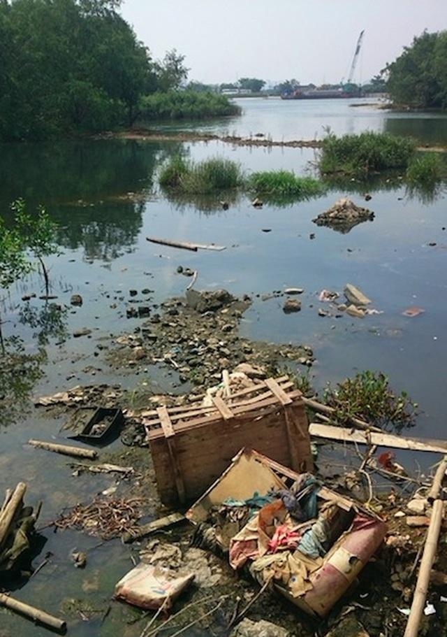 Xuất hiện dòng nước đen ngòm,bốc mùi hôi thối trên sông Hàn - 4