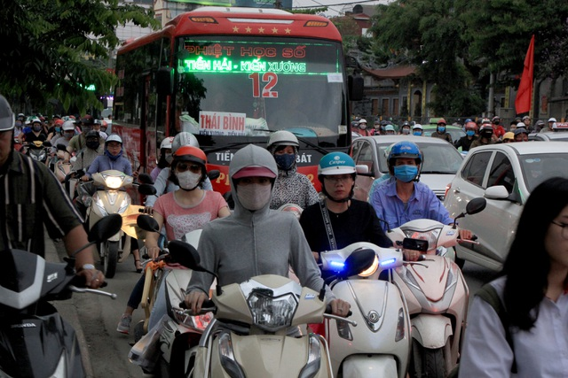 The Hanoi gate was terribly crowded when people fled to the countryside on April 30-August