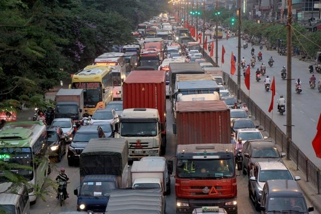 Cửa ngõ Hà Nội ùn tắc kinh hoàng khi người dân đổ về quê nghỉ lễ 30/4 - 10