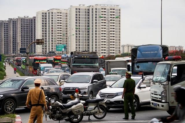 Bến xe Hà Nội đông nghịt người dân về quê nghỉ lễ - 10