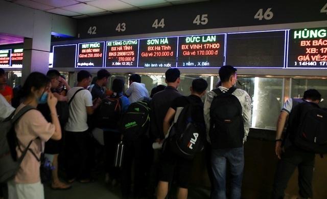 Bến xe Hà Nội đông nghịt người dân về quê nghỉ lễ - 3