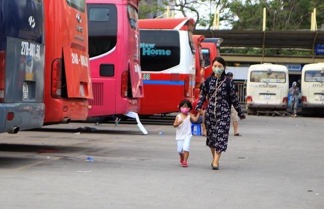 Bến xe Hà Nội đông nghịt người dân về quê nghỉ lễ - 7