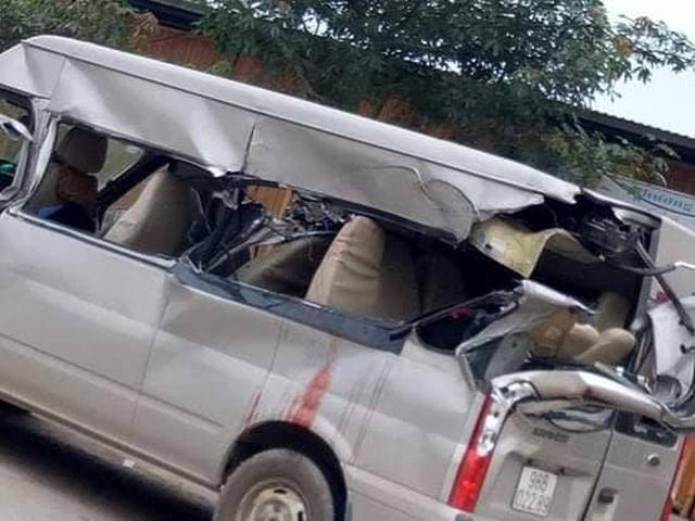 Ô tô 16 chỗ va chạm với xe tải, 3 hành khách thương vong - 1
