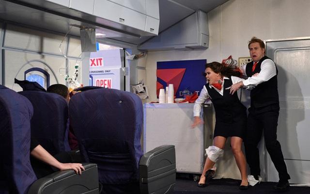 Điều gì sẽ xảy ra khi cửa máy bay đột nhiên bật mở lúc đang bay? - 1