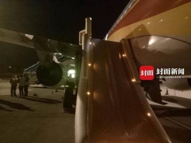 Hành khách cố mở cửa máy bay khi đang bay ở độ cao 10.000m - 2