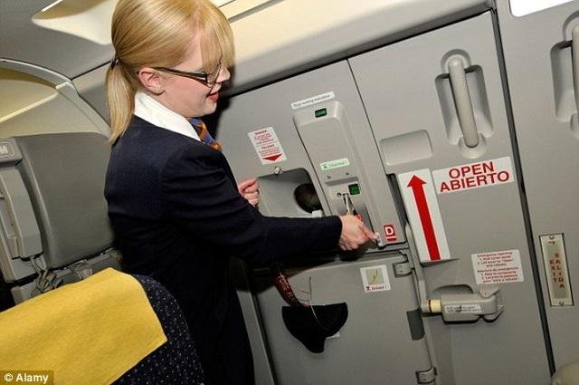 Điều gì sẽ xảy ra khi cửa máy bay đột nhiên bật mở lúc đang bay? - 3