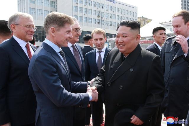 Người Triều Tiên vẫy cờ hoa chào đón ông Kim Jong-un về nước - 8