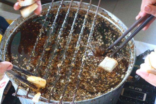 Bánh khô mè truyền thống của cô gái trẻ