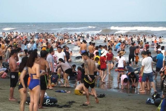 Biển người ken đặc trên bãi tắm Sầm Sơn - 4