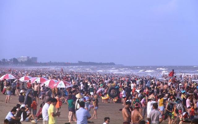 Biển người ken đặc trên bãi tắm Sầm Sơn - 3