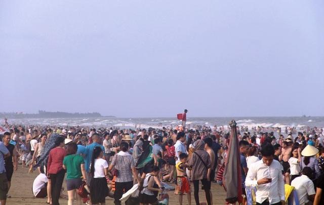 Biển người ken đặc trên bãi tắm Sầm Sơn - 8