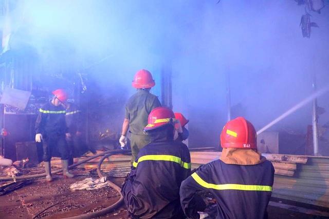 Tiệm dán đề can cháy rụi trong đêm sau tiếng nổ lớn - 3