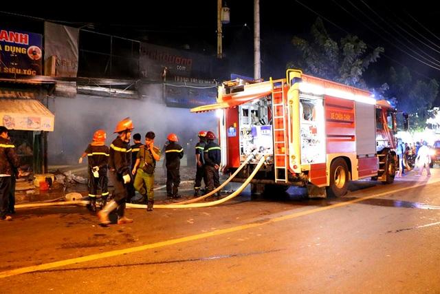 Tiệm dán đề can cháy rụi trong đêm sau tiếng nổ lớn - 1