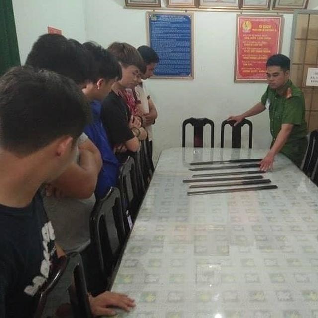 7 thiếu niên mang mã tấu chờ trước cổng trường để đánh học sinh lớp 8 - 1