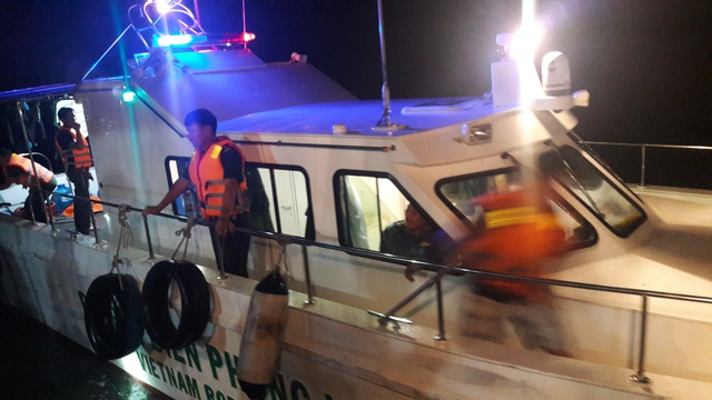 Cứu sống 7 người bị lật xuồng trên biển Cửa Lò - 2