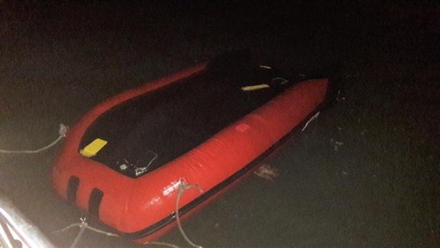 Cứu sống 7 người bị lật xuồng trên biển Cửa Lò - 1