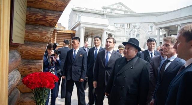Người Triều Tiên vẫy cờ hoa chào đón ông Kim Jong-un về nước - 4