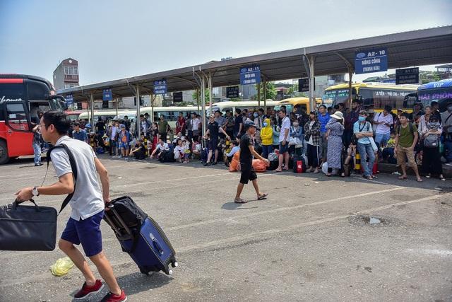 Người dân vạ vật chờ xe khách về quê nghỉ lễ - 2