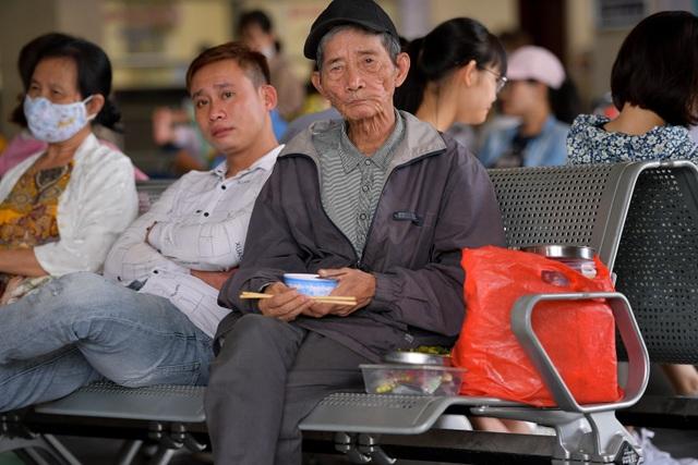 Người dân vạ vật chờ xe khách về quê nghỉ lễ - 5