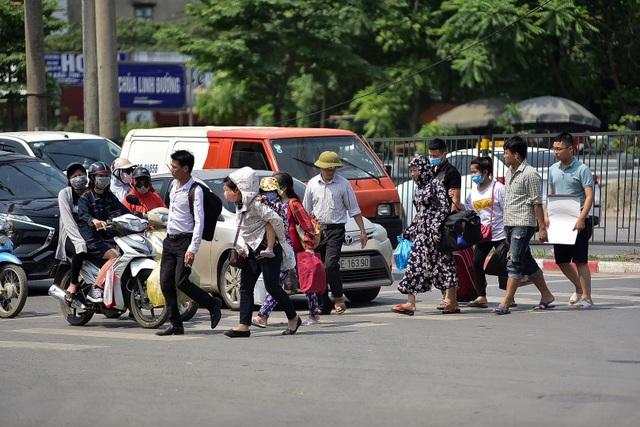 Người dân vạ vật chờ xe khách về quê nghỉ lễ - 12