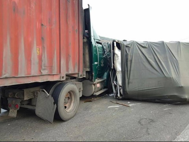 Tai nạn liên hoàn giữa 4 xe ô tô, giao thông bị tê liệt nhiều giờ - 2