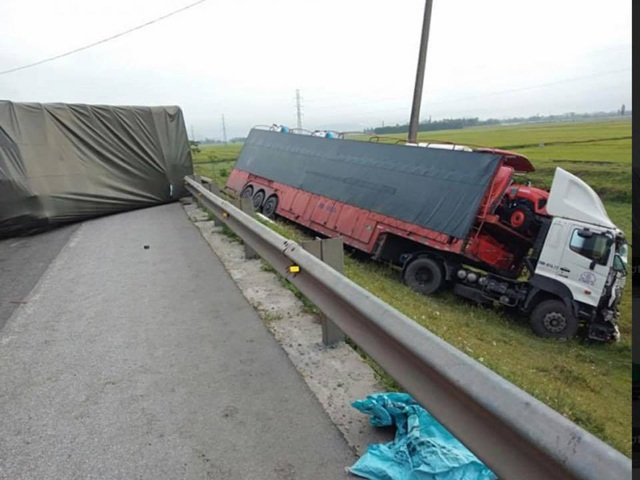 Tai nạn liên hoàn giữa 4 xe ô tô, giao thông bị tê liệt nhiều giờ - 1