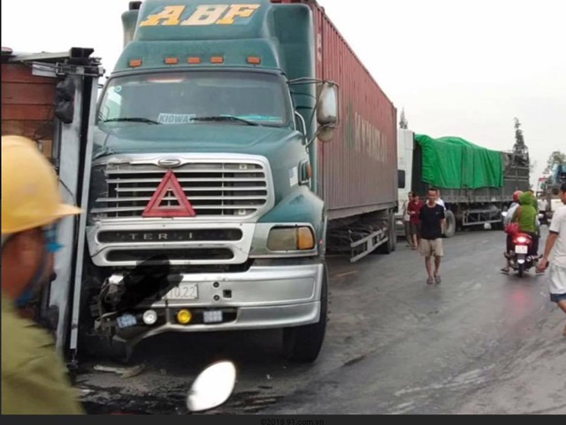 Tai nạn liên hoàn giữa 4 xe ô tô, giao thông bị tê liệt nhiều giờ - 3
