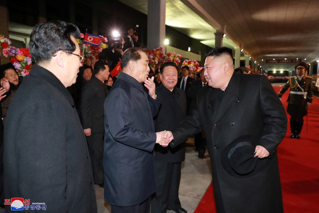 Người Triều Tiên vẫy cờ hoa chào đón ông Kim Jong-un về nước - 2
