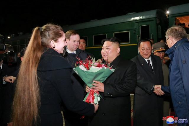 Người Triều Tiên vẫy cờ hoa chào đón ông Kim Jong-un về nước - 9