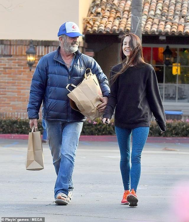 Nam diễn viên 63 tuổi Mel Gibson hạnh phúc ra phố cùng bạn gái 9X - 2