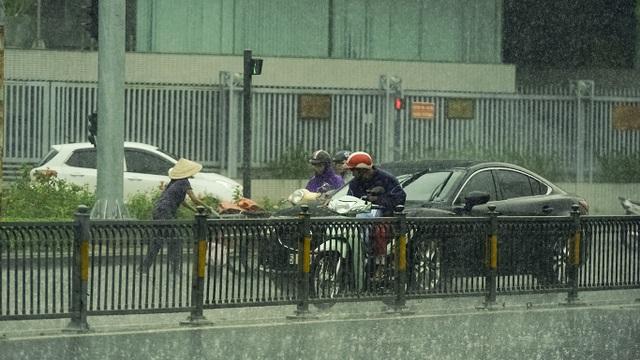 Sài Gòn bất ngờ đón trận mưa vàng trong ngày nghỉ lễ - 1