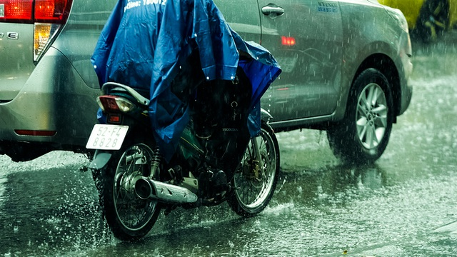 Sài Gòn bất ngờ đón trận mưa vàng trong ngày nghỉ lễ - 8