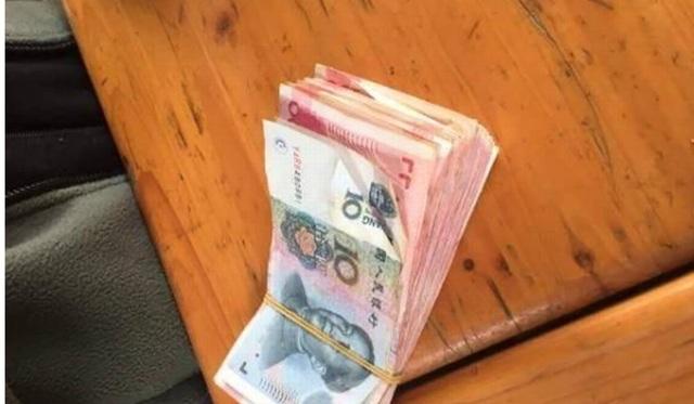 Khách Trung Quốc ném gần 35 triệu đồng tiền giấy vào chuồng cho hươu ăn - 1