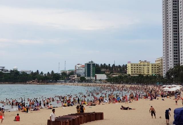 Bãi biển Nha Trang ken kín người trước ngày lễ lớn 30/4 - 10