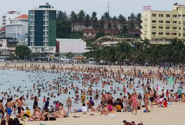 Bãi biển Nha Trang ken kín người trước ngày lễ lớn 30/4 - 8