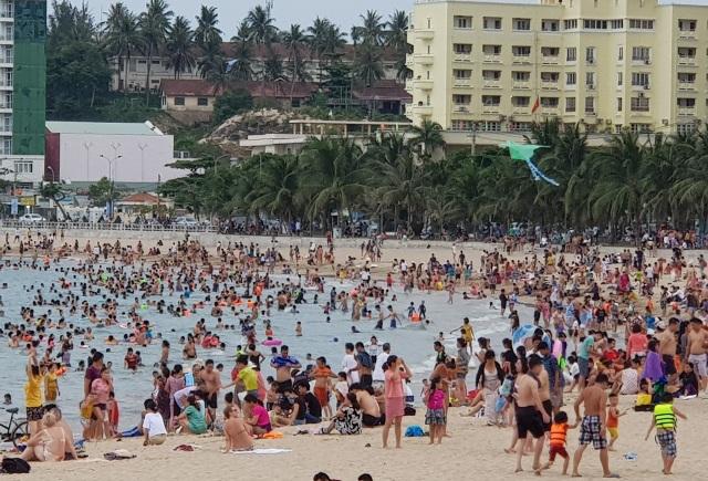 Bãi biển Nha Trang ken kín người trước ngày lễ lớn 30/4 - 6