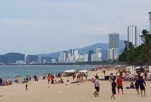 Bãi biển Nha Trang ken kín người trước ngày lễ lớn 30/4 - 4