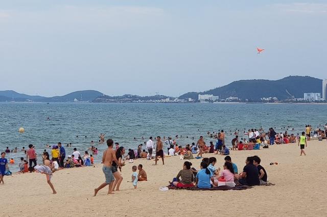 Bãi biển Nha Trang ken kín người trước ngày lễ lớn 30/4 - 5