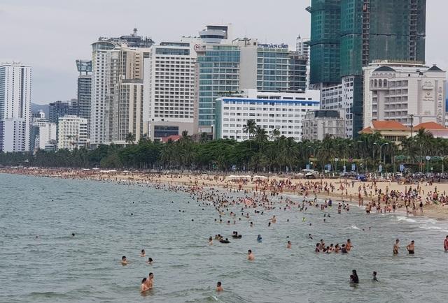 Bãi biển Nha Trang ken kín người trước ngày lễ lớn 30/4 - 3