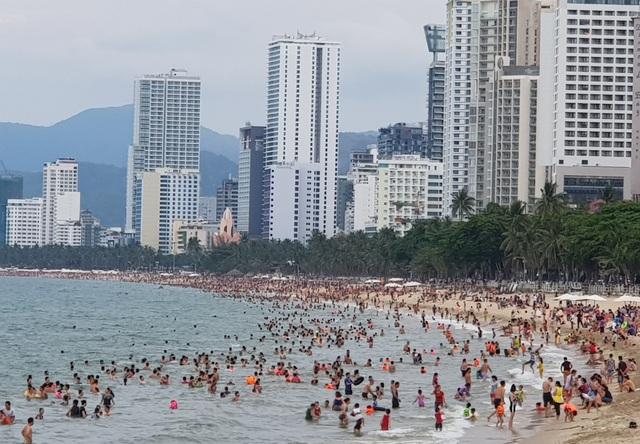 Bãi biển Nha Trang ken kín người trước ngày lễ lớn 30/4 - 1
