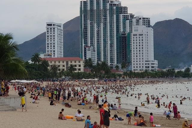 Bãi biển Nha Trang ken kín người trước ngày lễ lớn 30/4 - 9