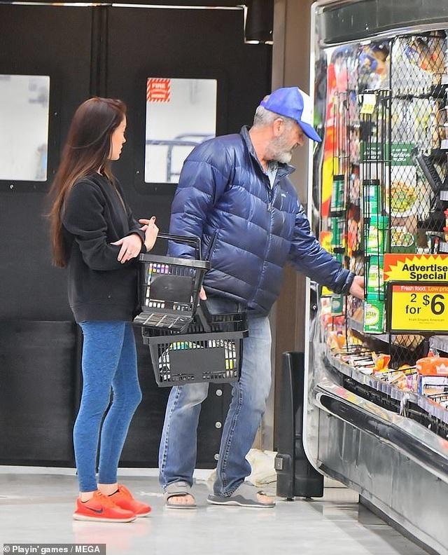 Nam diễn viên 63 tuổi Mel Gibson hạnh phúc ra phố cùng bạn gái 9X - 3
