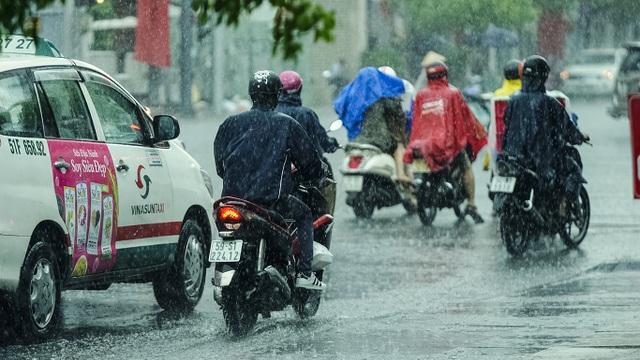 Sài Gòn bất ngờ đón trận mưa vàng trong ngày nghỉ lễ - 3